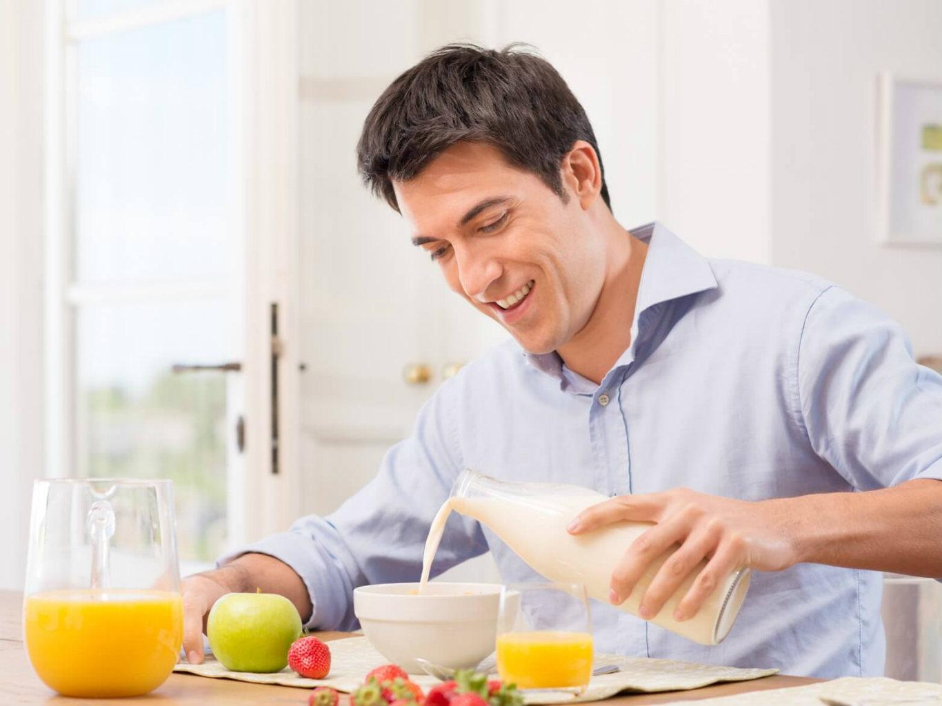 крепеж фото мужчина обедает представляют