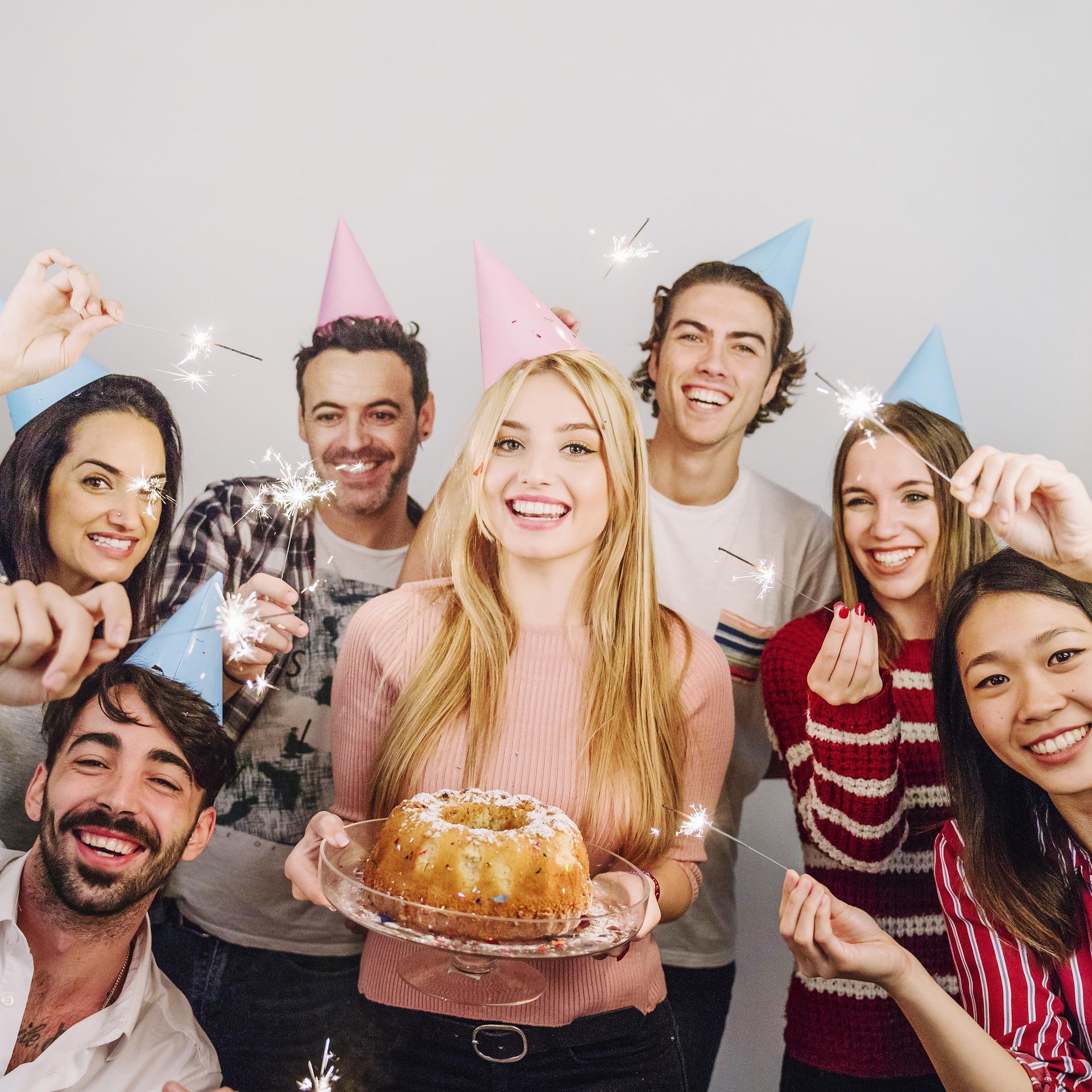 поздравления с днем рождения в компании друзей креветок ягоды