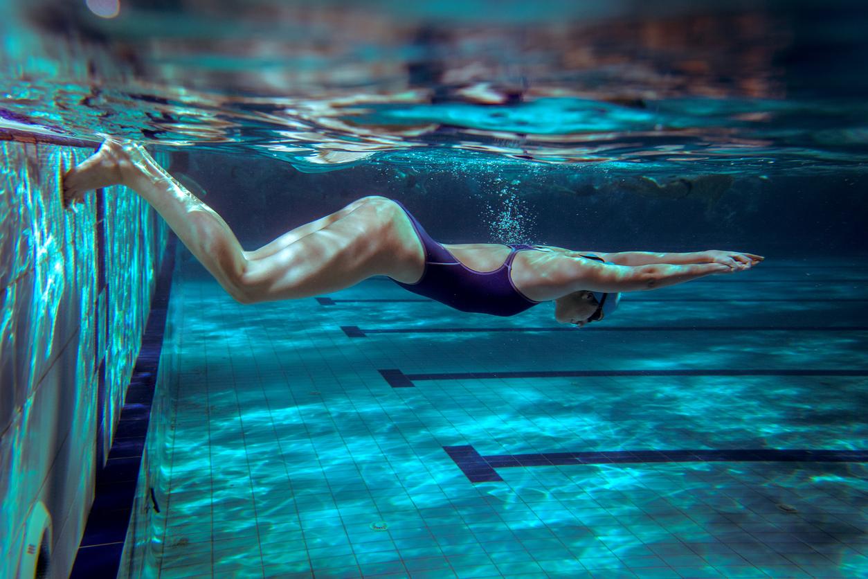 в бассейне со спортсменками