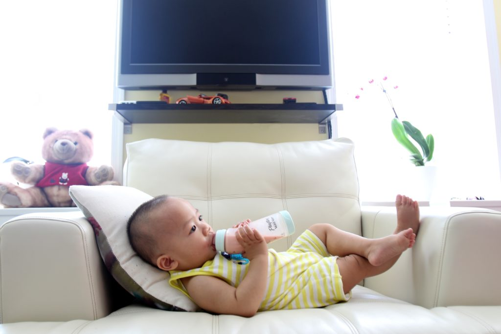 Как кормить из бутылочки ребенка